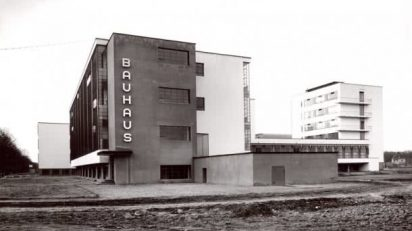 Lucia Moholy, Bauhaus Dessau: Werkstattgebäude von Südwesten, um 1926 © Lucia Moholy, Bauhaus-Archiv Berlin.