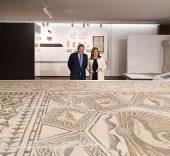 La presidenta de la Junta, Susana Díaz, y el ministro de Educación, Cultura y Deporte, Ínñigo Méndez de Vigo, ante uno de los fondos arqueológicos expuestos en el Museo de Málaga.