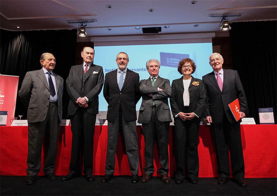 Desde la izquierda, los exdirectores Sánchez-Albornoz, Santiago de Mora-Figueroa, Fernando R. Lafuente, César Antonio Molina y Carmen Caffarel, y el director desde 2012, Víctor García de la Concha.