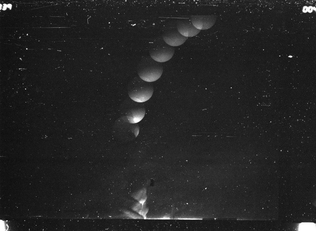 """LETICIA RAMOS. """"El mago y el terremoto"""". Fotografía estroboscópica en microfilm. 120 x 90 cm."""
