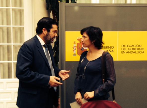 Ana Gallego Torres, nueva directora de la Filmoteca Española, junto a José Luis Benavente, alcalde de Gelves, en un acto en 2013.