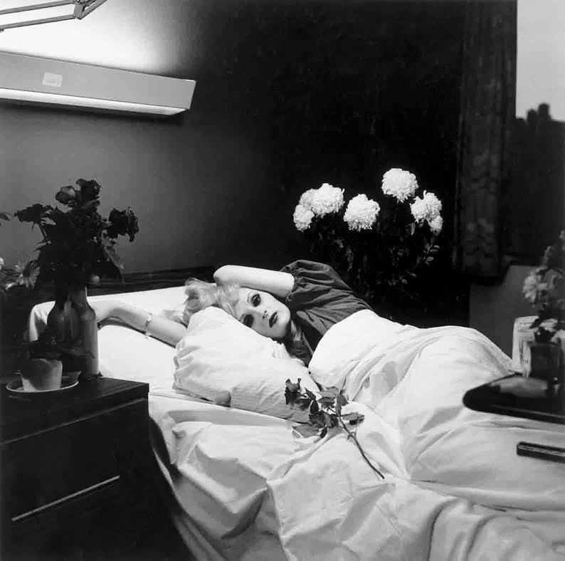 Peter Hujar, <em>Candy Darling on her deathbed</em>, 1973. Colección de Richard y Ronay Menschel. © The Peter Hujar Archive, LLC. Cortesía de Pace/MacGill Gallery, Nueva York, y Fraenkel Gallery, San Francisco.