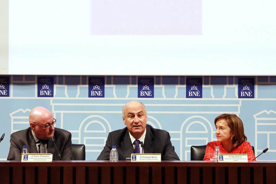 El secretario de Estado de Cultura, Fernando Benzo, junto al presidente de la FGEE, Daniel Fernández, y la directora de la Biblioteca Nacional, Ana Santos.