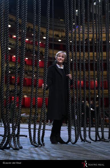 Deborah Warner (directora de escena) en el escenario durante los ensayos de 'Billy Budd'. Fotógrafo: © Javier del Real | Teatro Real.
