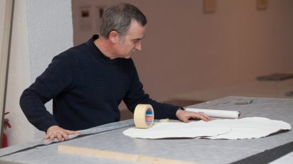 Antonio Ortega durante el montaje de la muestra. Fundació Joan Miró. Foto: Pere Pratdesaba.