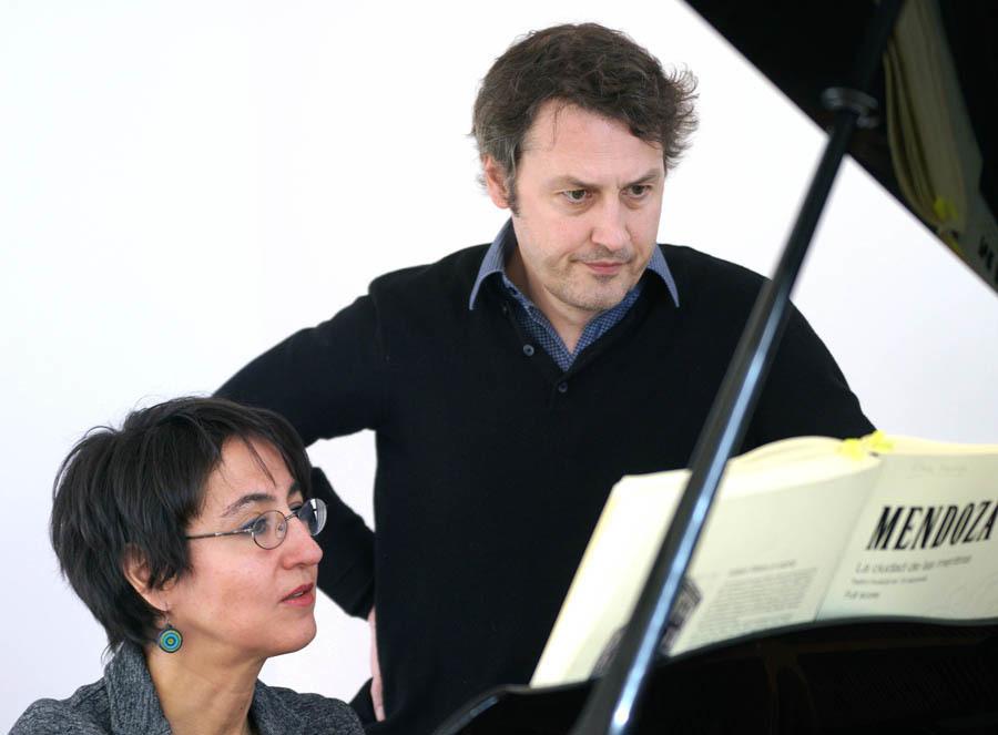 Elena Mendoza (compositora y codirectora de escena) y Matthias Rebstock (libreto, colaboración musical y dirección de escena). Fotógrafo: © Javier del Real | Teatro Real.