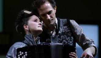 Michael Pflumm (Jorge), tenor / Anne Landa (Carmen), acordeón. © Javier del Real | Teatro Real.
