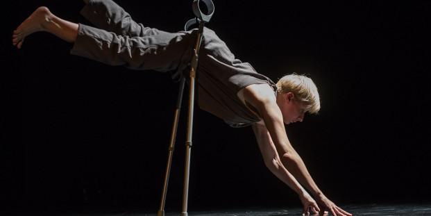 Claire Cunningham en 'Give Me A Reason To Live'. Foto: Ben Nienhuis.
