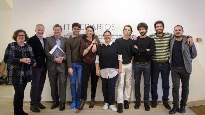 De izquierda a derecha, Begoña Guerrica, Benjamin Weil y Álvaro R. Fominaya con siete de los ocho artistas becados.