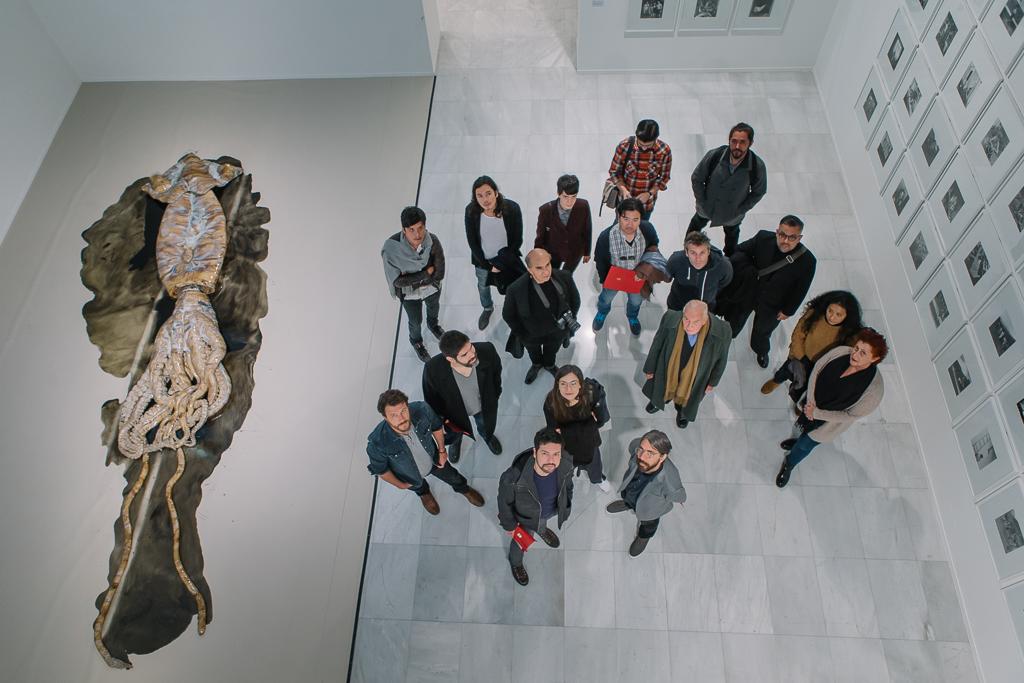 Foto de grupo de artistas peruanos con la obra de David Zink Yi 'Sin Título'.