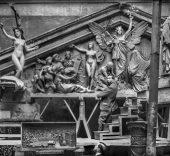 Aurelio de Colmenares y Orgaz (Conde de Polentinos), ca. 1899. Agustín Querol en su estudio en el Paseo del Cisne (Madrid) esculpe las figuras del frontón de la Biblioteca Nacional.