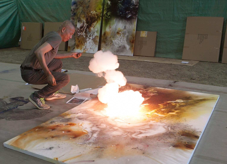 Cai Guo-Qiang durante la creación con pólvora de una pintura, 2016. Foto: ST Luk.