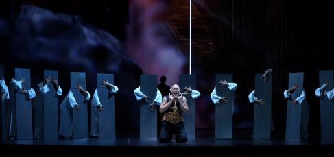 John Daszak (Pier Francesco Orsini, duque de Bomarzo) / Milijana Nikolic (Pantasilea, Cortesana De Florencia) / bailarines. Fotógrafo: © Javier del Real | Teatro Real.