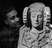 José Latova. Autorretrato con la Dama de Elche, 1995.