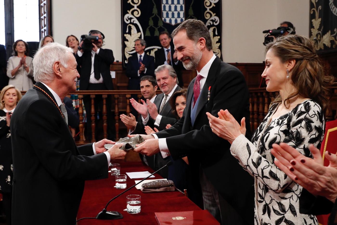 """El Rey entrega la escultura del Premio de Literatura en Lengua Castellana """"Miguel de Cervantes"""" 2016 a Eduardo Mendoza Garriga. © Casa de S.M. el Rey."""