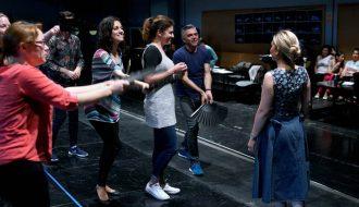 Laurent Pelly, durante los ensayos de escena de la ópera, en la sala de puesta en escena. Fotógrafo: © Javier del Real   Teatro Real.