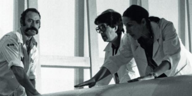 Los técnicos y restauradores desenrollan el 'Guernica' dentro de la urna de cristal de la Sala Lucas Jordán del Casón del Buen Retiro de Madrid. Foto: Ministerio de Educación, Cultura y Deporte.