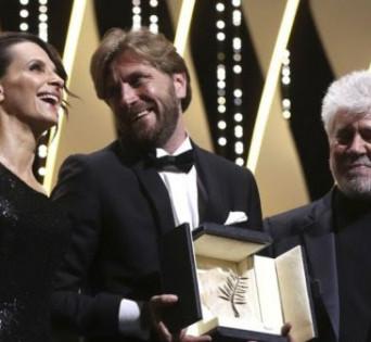 Juliette Bioche y Pedro Almodóvar entregando la Palma de Oro a Ruben Östlund (The Square).