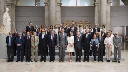 SSMM los Reyes de España junto al Pleno de la Comisión Nacional para la conmemoración del II Centenario del Museo Nacional del Prado, de la que son Presidentes de Honor. Foto: © Museo Nacional del Prado.