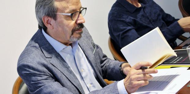 Javier López Iglesias leyendo 'Si la muerte no hubiera sido eso'. Foto: Sonia Aguilera.