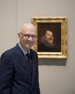 William B. Jordan junto al Retrato de Felipe III de Velázquez. Foto: Museo Nacional del Prado.