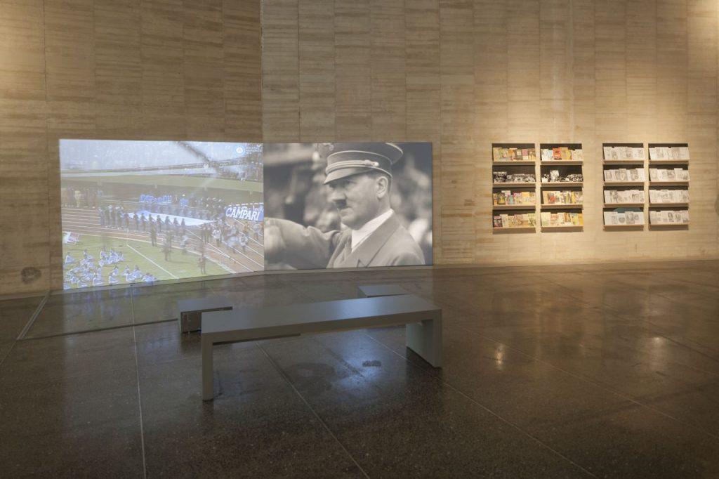 """Vista de la exposición """"Prosa del Observatorio"""" de Adriana Bustos. MUSAC."""