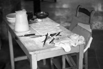 Mesa de trabajo de Pablo Picasso en la sala de esculturas de su residencia de Notre-Dame-de-Vie. © Roberto Otero, Museo Picasso Málaga.