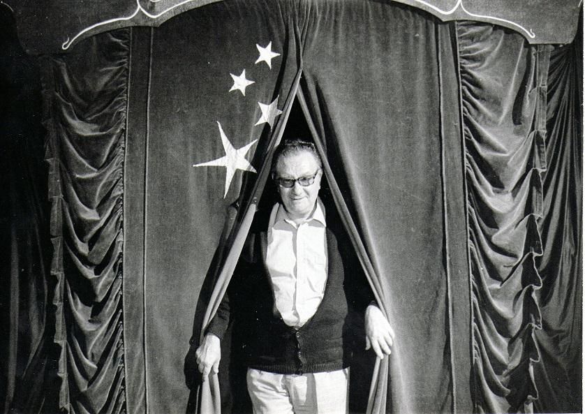 Joan Brossa en la 2ª Feria de Teatro en la Calle de Tàrrega, 1982.