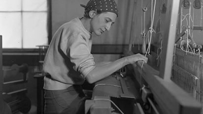 Anni Albers en su taller textil en el Black Mountain College, 1937. Fotografía de Helen M. Post. Cortesía The Josef and Anni Albers Foundation, Bethany, Connecticut.