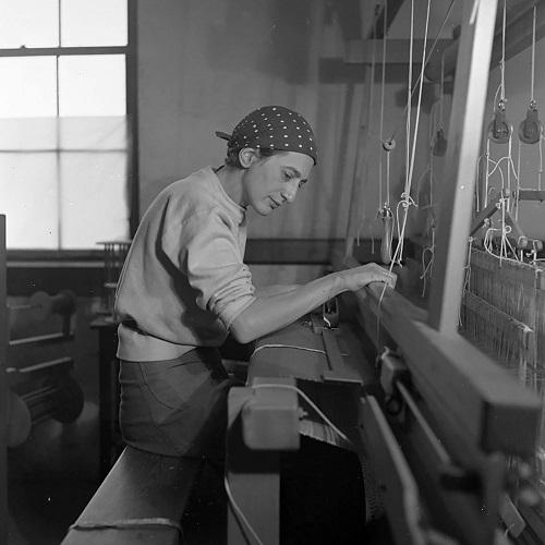 Anni Albers en su taller textil en el Black Mountain College, 1937. Fotografía de Helen M. Post. Cortesía The Josef and Anni Albers Foundation, Bethany, Connecticut.