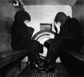 Weegee. Estos importantes hombres con zapatos de charol se esconden del fotógrafo con ayuda de su sombrero, ca.1941.