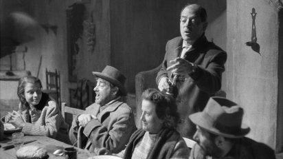 Ramón Masats. Lola Gaos junto a sus compañeros de reparto escucha las indicaciones de Luis Buñuel.