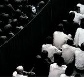 Full viewShirin Neshat, Fervor, 2000. Fotograma de producción (Fotografía de Larry Barns) © Shirin Neshat, 2017. Cortesía Gladstone Gallery, Nueva York y Bruselas.