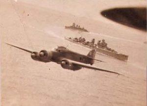 Avión trimotor con el Crucero Canarias al fondo.