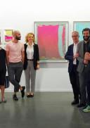 El artista Guillermo Mora, Premio Comunidad de Madrid Estampa 2017, junto al jurado del galardón en la Feria Estampa 2017.