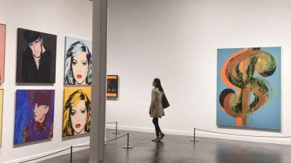 'Warhol. El arte mecánico' propone un recorrido por el desarrollo creativo de este artista, desde sus inicios como diseñador gráfico en Nueva York, en los años cincuenta, hasta su muerte en 1987, convertido ya en un mito.