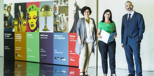 """La directora de CaixaForum Madrid, Isabel Fuentes; la directora general adjunta de la Fundación Bancaria """"la Caixa"""", Elisa Durán; y el director del Área de Cultura de la Fundación Bancaria """"la Caixa"""", Ignasi Miró."""