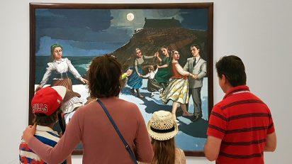 Una familia frente a la obra 'El baile', de Paula Rego, incluida en la exposición.