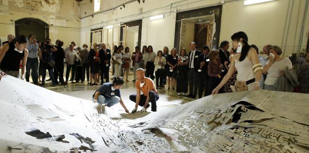 Cai Guo-Qiang y los voluntario colocando las plantillas para la creación con pólvora de la pintura Day and Night in Toledo, Madrid, 2017. © Museo Nacional del Prado.