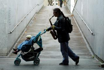 Taking a life for a walk. Fotografía de Graham Turner. 2004. Retrato de Caroline Kraabel.