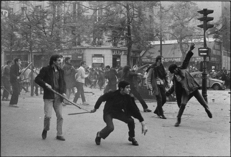 Protestas en París, Francia 1968. © Bruno Barbey / Magnum Photos.