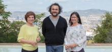 """El artista Kader Attia, Premio Joan Miró 2017, entre Rosa Maria Malet, directora de la Fundació Joan Miró, y Elisa Durán, directora general adjunta de la Fundación Bancaria """"la Caixa""""."""