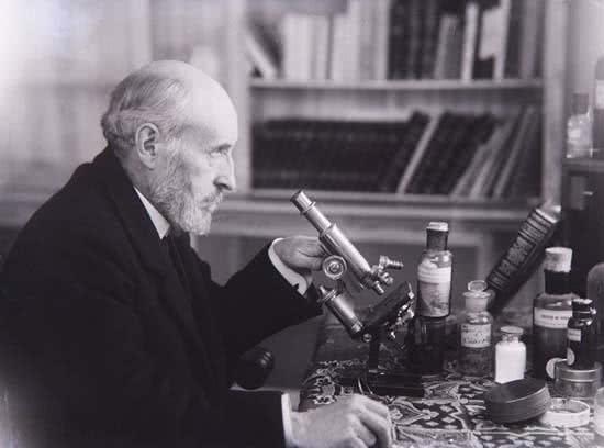 santiago-ramon-y-cajal-en-su-casa-con-el-microscopio-madrid-1915-procedencia-instituto-cajal-csic-madrid
