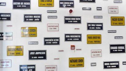 Obra de la exposición «On anam?» (¿Adónde vamos?). Créditos: Carmela Gross, Migrants 2/ Migrants 4, 2014. Colección del artista. Cortesía Galeria Vermelho. © de la obra, Carmela Gross, 2017. Foto: Pedro Pérez Machado.
