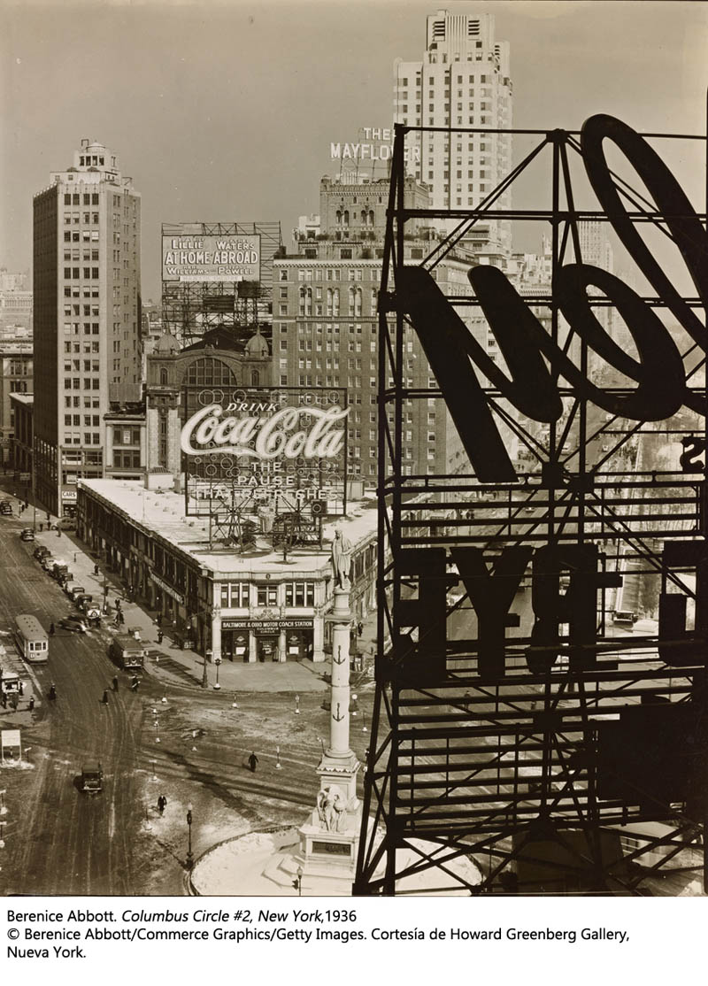 Columbus Circle, New York, 1936 by Berenice Abbott. © Berenice Abbott/Commerce Graphics/Getty Images. Cortesía de Howard Greenberg Gallery, Nueva York.