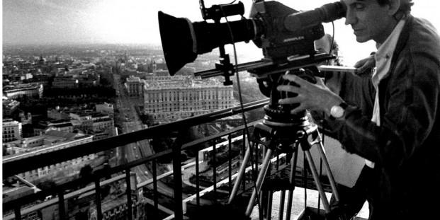 Basilio Martín Patino ausculta Madrid en el rodaje de 'Madrid'.