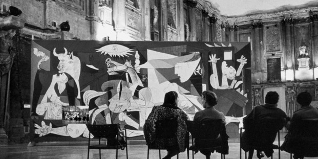 Instalación de la exposición Pablo Picasso en el Palazzo Reale, Milán, 1953 ITALY, Milan, Palazzo Reale, 1953, PICASSO exhibition, © Rene Burri/Magnum Photos © Sucesión Pablo Picasso, VEGAP, Madrid 2017.