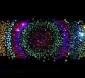 Sikka Ingentium, 2017. Instalación compuesta de 5 proyectores, 5 reproductores multimedia, sistema de amplificación, 2 altavoces, 2 subwoofers, 2.400 DVD, conexiones de red. 18 x 2,7 m. © Daniel Canogar. VEGAP Madrid, 2017. © Foto: Sofía Montenegro.
