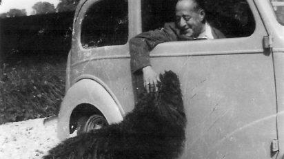 Arturo Barea con su perro en Faringdon. Foto: Colección Uli Rushby-Smith.