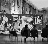 Instalación de la exposición Pablo Picasso en el Palazzo Reale, Milán, 1953 ITALY, Milan, Palazzo Reale, 1953, PICASSO exhibition, ©Rene Burri/Magnum Photos © Sucesión Pablo Picasso, VEGAP, Madrid 2017.
